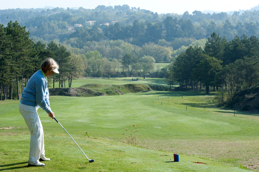 Une participante au tournoi de golf LISA du LIONS Club de Manosque
